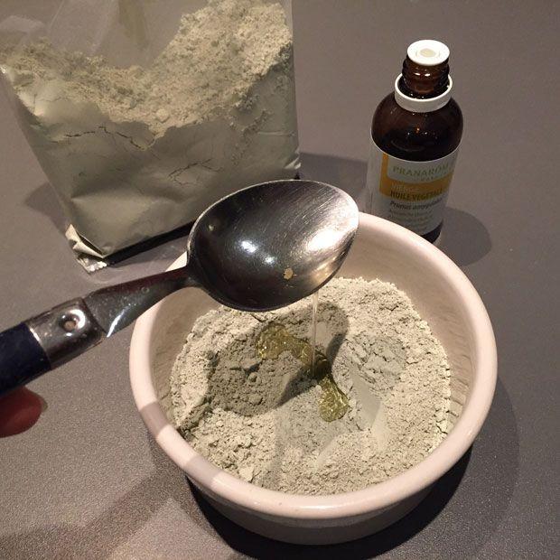 Lombalgie, rhumatisme, douleurs articulaires, courbatures… Pourquoi ne pas vous fabriquer un cataplasme naturel à l'argile et aux huiles essentielles pour vous soulager ?