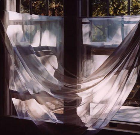Cuenta la leyenda que cruzar las cortinas de un lado a otro de la ventana es como un conjuro donde se cierra el paso a todo lo malo y se potencia que entre lo que puede beneficiarnos. Aseguran que hacerlo en la noche de fin de año atrae la buena fortuna.