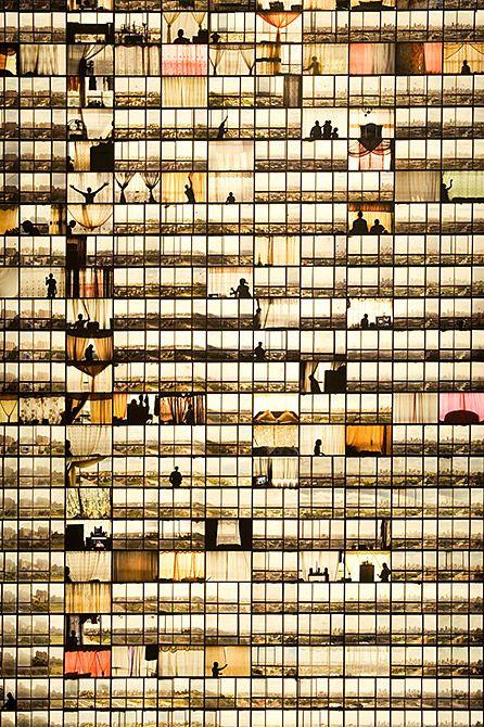 Mikhael Subotzky, Patrick Waterhouse Fenêtres Ponte City (Caisson lumineux) [Windows, Ponte City (Light Box)], 2008–10 Impression sur Duratrans 388 x 128,4 x 17 cm Courtoisie Goodman Gallery, Johannesburg © Mikhael Subotzky & Patrick Waterhouse