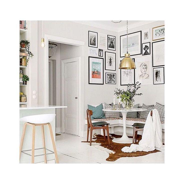 Fredagsinspo!  ✨ #fredagsinspo #inspiration #inspo # köksplats # kök # tavelvägg #tavlor # färg #color #skinn #sekelskifte #hem #home # home4all #homedesign #nordichome #stolar #lampa # bänk #soffa #blommor #flowers #finahem # skönahem # pinte #details #elledecor #renovering # interiör #interior