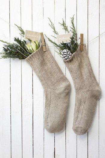 ナチュラルな雰囲気の靴下からグリーンをみせて飾れば、とってもシンプルなクリスマスソックスの出来上がりです。