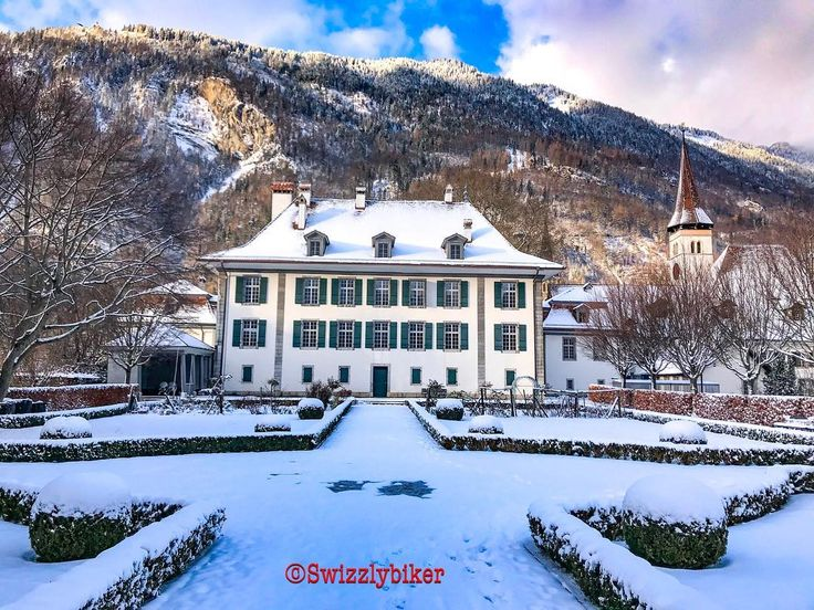 Yes we also have a castle here in Interlaken. There is no king inside but still some governmental offices!  You can also celebrate your wedding there if you like!  #interlaken #castle #churchesandcastles #regierung #government #weddingplace #weddingplanner #berneroberland #jungfrauregion