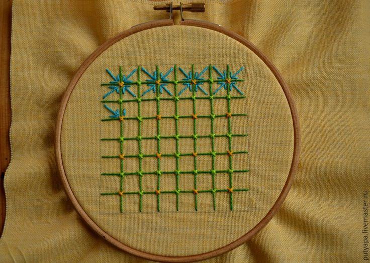 Теперь в каждой клеточке получившейся сетки мы вышиваем разделки «лапки». Этот узор выполняем из 3-х стежков: 2 маленьких стежка (примерно на полклеточки) вдоль 2-ух сторон квадрата ; и 1 стежок побольше — по диагонали из одного уголка квадрата в другой. Чтобы «лапки» выглядели аккуратными и ровными, следим за тем, чтобы все 3 стежка соединялись в одной точке.