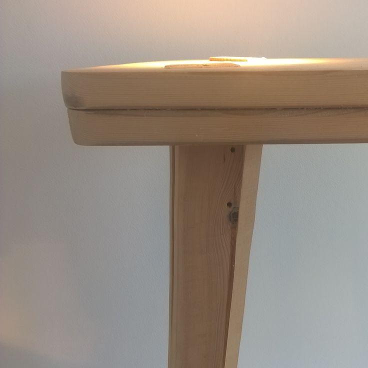 """ONTWERP OMSCHRIJVING: De TFL (Het Nederlandse """"Lamp"""" voor lamp , zonder de klinker) is een handgemaakte bijzettafel van gerecycled massief hout. Hiervoor worden kasten, tafels en dressoirs gebruikt."""