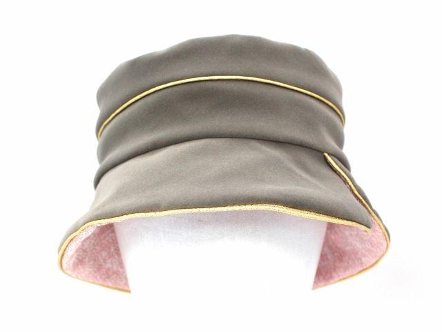 Un chapeau de pluie en suédine imperméable doublé coton gansé d'un passepoil or .