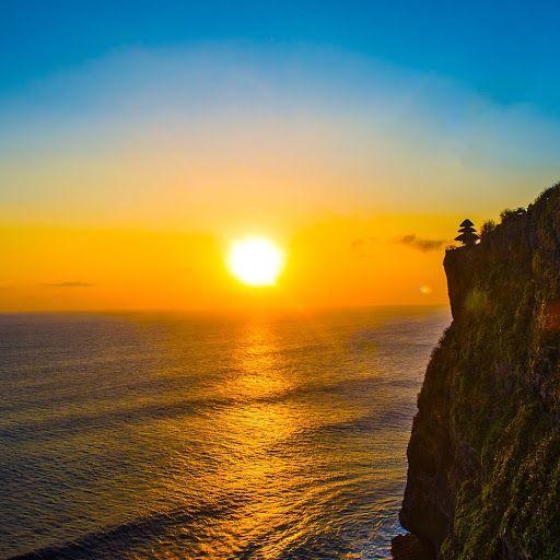 Le temps calme permet d'apprécier ce divin coucher de soleil balinais. #Bali