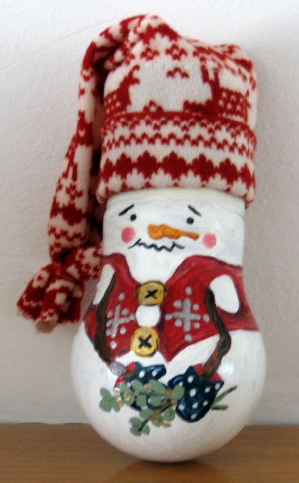 Riciclo di lampadine usate - pupazzo di neve da appendere all'albero di Natale, dipinto con colori acrilici (dopo aver dato un fondo di cementite).