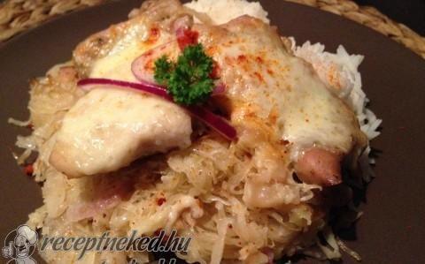 Csirkecomb savanyú káposzta ágyon sütve recept fotóval