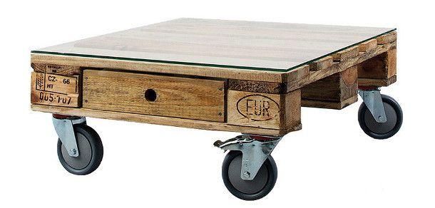 Lage verrijdbare koffietafel gemaakt van een pallet op wielen met als tafelblad een glasplaat.