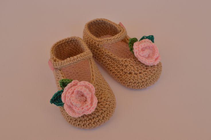 Merceditas de bebe hechas a mano de corchet con flor decorativa.  https://www.etsy.com/es/listing/200681189/merceditas-para-bebe-nina-hechas-a-mano?ref=listing-shop-header-1