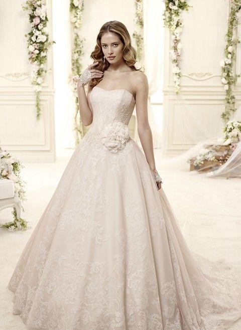 Romantické biele korzetové svadobné šaty s veľkou sukňou a kvetinovou ozdobou na páse Svadobný salón Valery