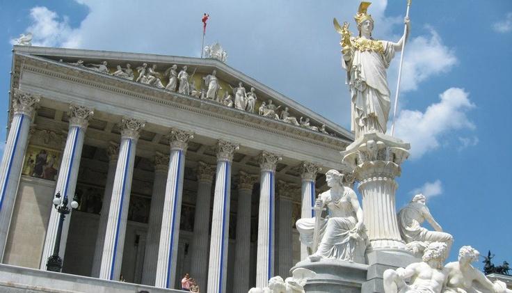 Athéné szobra az osztrák parlament épülete előtt, Bécsben