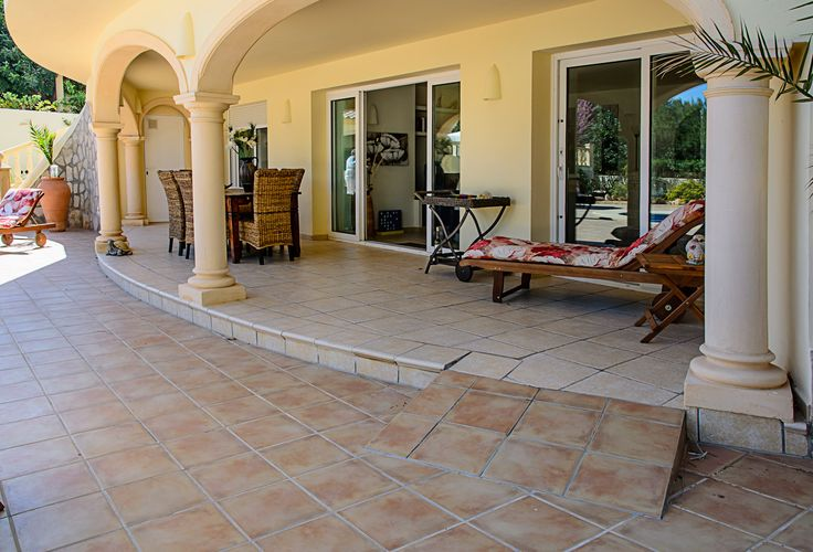 Villa Xenofilia VI - Gemetselde rampa voor het bereiken van het overdekte terras. Middelste schuifdeuren hebben een drempel van 1.5 cm.