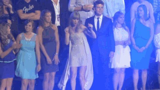 11 coisas que provam: você é a Taylor Swift do seu grupo de amigas  8. Não está nem aí se está passando vergonha, vai pra festa para causar mesmo!