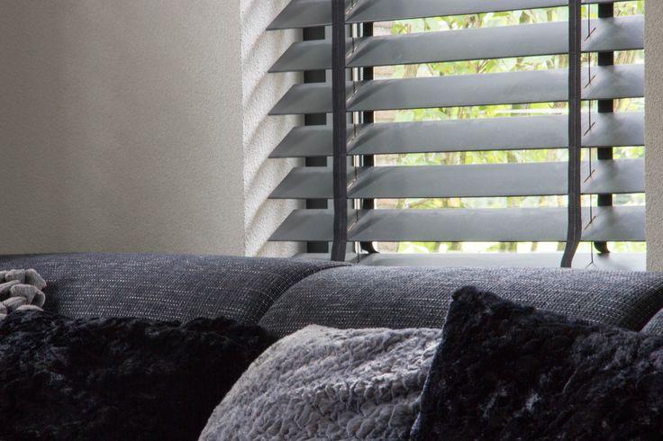 Houten jaloezieën in de kleur grijs. Ook mogelijk in alle RAL of NCS kleuren | Raamidee.nl
