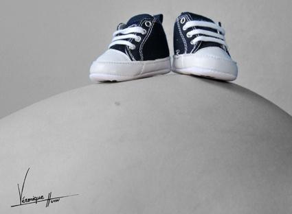 Photo portrait studio noir et blanc ventre femme enceinte et chaussures bébé colorées Photographie professionnelle Rouen http://www.galerieveroniquehuon.com/