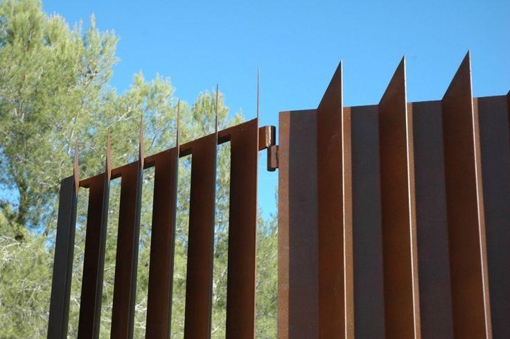 clôture en acier Corten de design original pour embellir la façade de la maison