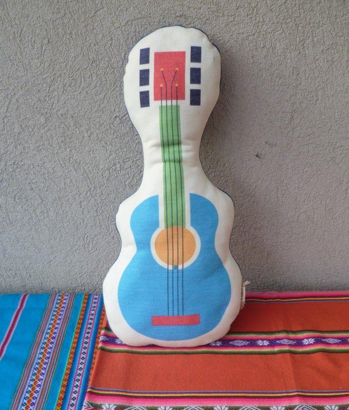 El almohadón GUITARRA ROBERTA tiene un diseño exclusivo de El Salero y tiene un relleno hecho a partir de material textil de descarte.  Material: frisa y rústico Medidas: 24 x 49 cm  Producto lavable Espalda color azul