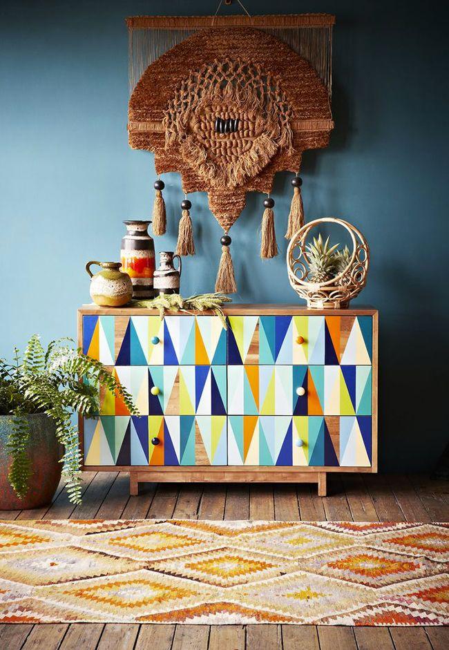 Vous cherchez des inspirations pour créer un intérieur à l'esprit bohème ? Découvrez l'univers de la marque The Family Love Tree fondée par la styliste de mode Katie Graham à Melbourne en Australie. On craque complètement pour le mobilier et les objets ethniques et colorés qui nous emmène dans un monde tendre, romantique, doux et exotique.<br /> <br /> <br /> <br /> Le mobilier en rotin apporte une touche bohème chic. <br /> <br /> <br /> <br /> On imagine parfaitement un de ces têtes de…