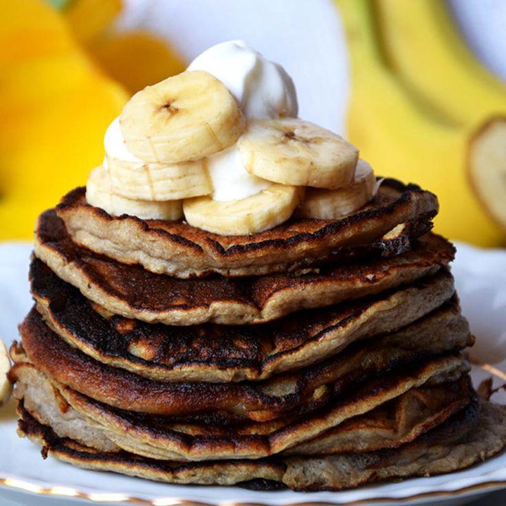 Składniki:   1 banan  2 jajka  Wykonanie: Do miseczki wkładamy obranego banana, blendujemy go, po czym dodajemy jajka. Mieszamy trzepaczką lub znów używamy blendera. Smażymy z obu stron na suchej patelni teflonowej lub ewentualnie z małą ilością tłuszczu. Dekorujemy plastrami banana. Smacznego!   Źródło: http://fitprzepisy.com.   #fit #placuszki #przepis #śniadanie