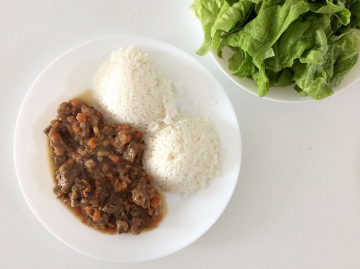 Dančí maso na cibuli, kořenové zelenině a rozmarýnu, rýže, hlávkový salát