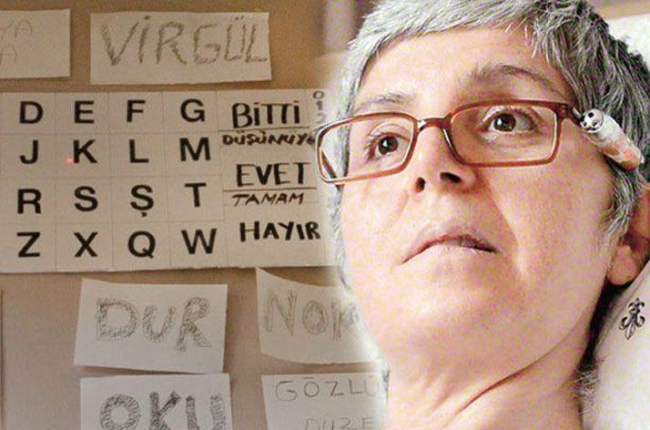 Gözleriyle kitap yazdı - Sadece kafasını hareket ettirebilen ALS hastası Beyhan Gökbulut, gözlüğüne takılan lazerle duvardaki harfleri seçti, öğrencileri ise harfleri 6 ay kâğıda dökerek kitap haline getirdi.
