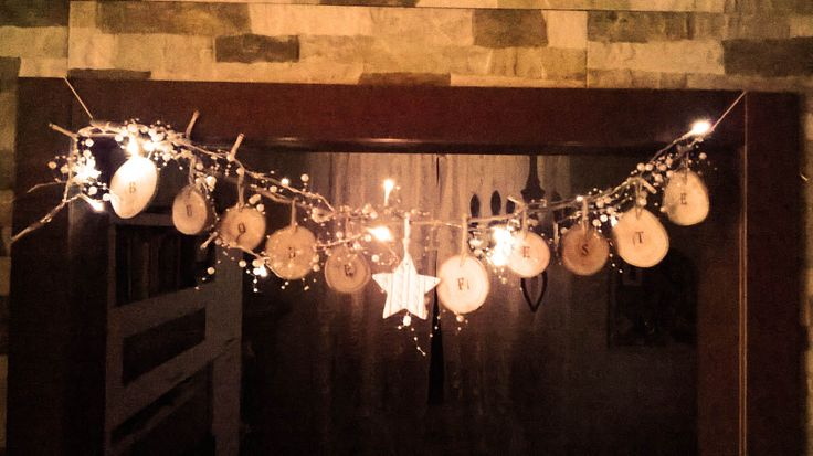 Decorazione Buone Feste con ramo e lucine.