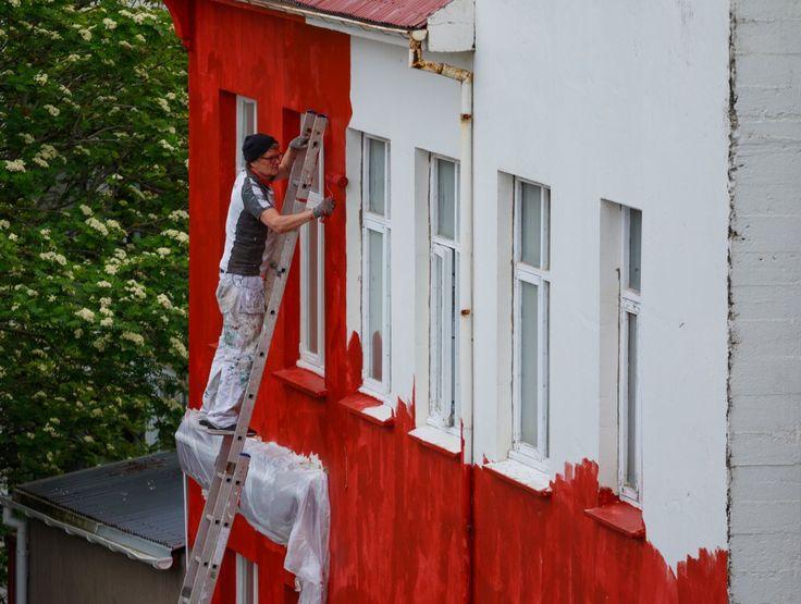 Un hombre pinta una casa en Reikiavik, Islandia. Reikiavik ha experimentado problemas en relación a la vivienda en los últimos meses, después de su ascenso económico tras la crisis de 2008, muchos jóvenes no han podido comprar o alquilar casas debido a la escasez de viviendas en el país. Muchos apartamentos se usan para ser alquilados a turistas, lo que ha subido el precio de las viviendas. El ayuntamiento ha respondido iniciando una serie de proyectos de construcción en toda la ciudad…