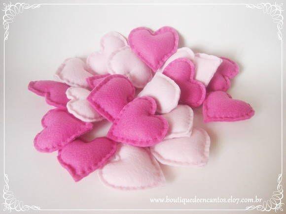 Sachê em forma de coração.  Material: feltro, enchimento e essência. Cores: rosa pink e candy (bebê). Tamanho: 6cm de largura x 6cm de altura x 1,5cm de profundidade.  Utilização: lembrança de chá de lingerie, panela, cozinha; lembrança de noivado e casamento; decoração de mesa de festa/jantar/almoço/café/chá; presente/lembrança para pais e padrinhos de casamento; presente-convite para pais e padrinhos de casamento; aromatizador de gavetas, bolsas e pequenos espaços; etc.  A embalagem…