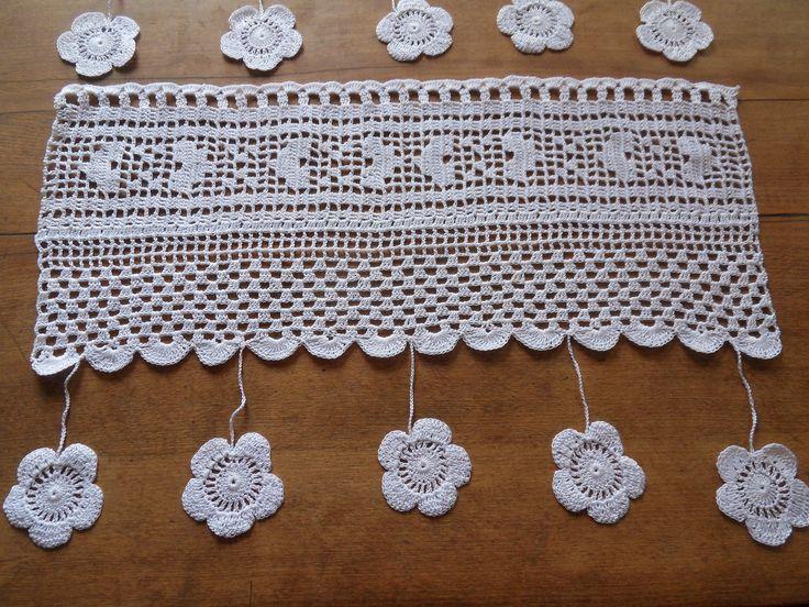les cantonnières valse des fleurs se mettent au blanc création crochet