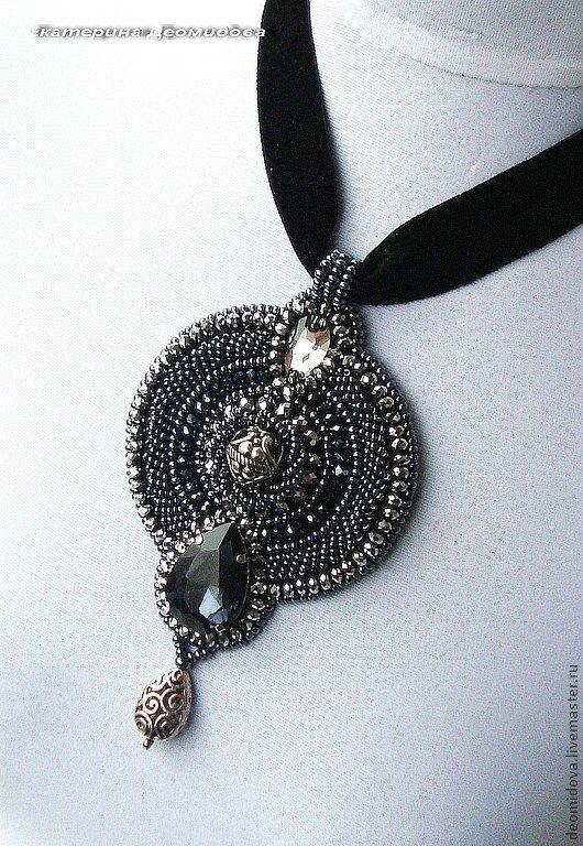 """Купить """"Герцогиня"""" колье-кулон - темно-серый, крупный кулон, колье, вечернее украшение, кристаллы"""