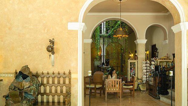Paseando por la Habana Vieja, a pocos pasos del majestuoso Convento de San Francisco de Asís y de la populosa Plaza Vieja, encontramos el Hostal Los Frailes. #hotel #habana #cuba