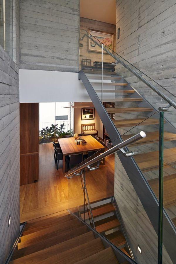 garde-corps en verre, un escalier moderne et murs en béton,