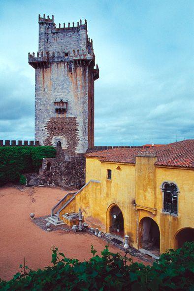 Praça de armas e torre de menagem do Castelo de Beja, do século XIV. O castelo,  no Alentejo, ergue-se na cidade de Beja, em Portugal.  Fotografia: Wigulf (??)