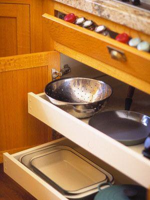 Wysuwane półki w szafce o pionowym froncie ułatwiają dostęp do najdalej schowanych pojemników i naczyń.