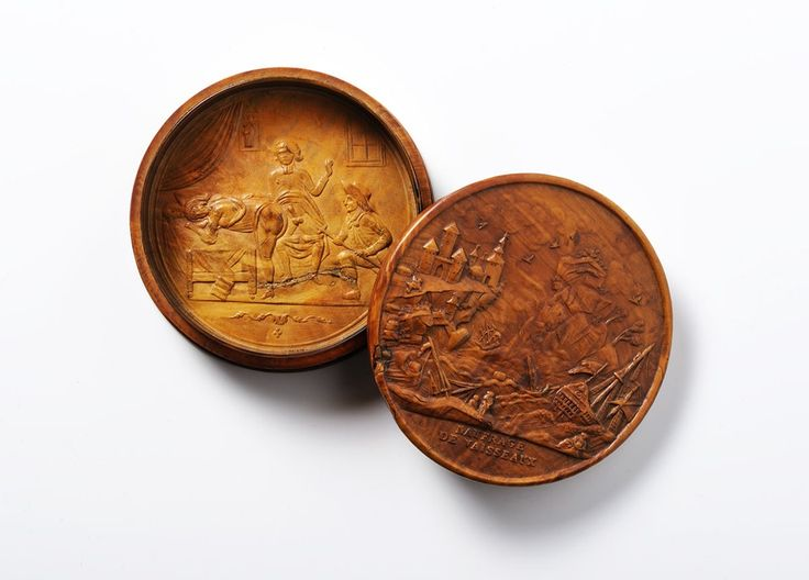 A buxus box with carved erotic scene -  France, early 19th century. Diameter 8 cm.  Erotica, Europe
