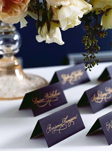 ゴールドの文字で高級感のある大人な雰囲気に。 <モノトーン・シンプルな結婚式エスコートカード・席札まとめ一覧>