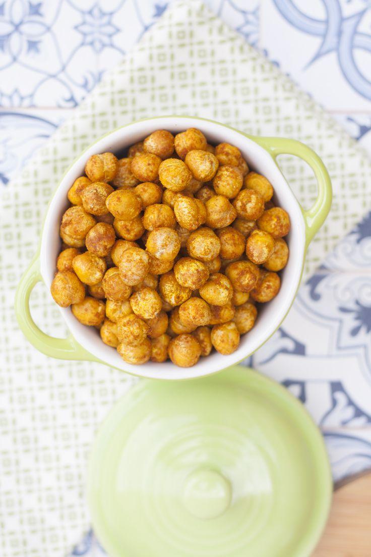 Los garbanzos especiados y tostados en el horno se quedan muy crujientes. Además es un snack saludable, descubre como hacerlo...