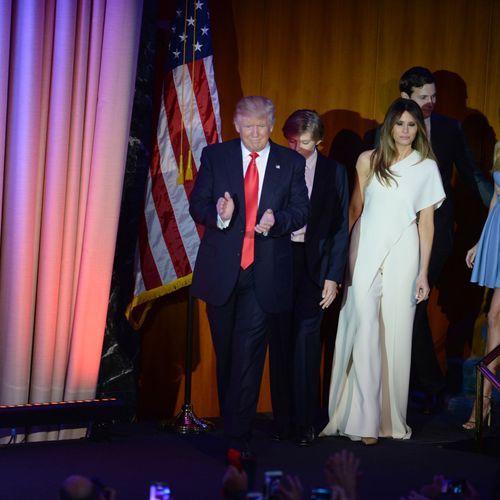 Donald Trump (au centre) et (de gauche à droite) son fils Donald Jr Trump, sa femme Melania Trump, s