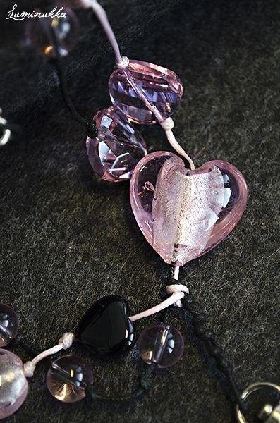 Bijous, avainnauha Musta onyx-sydän, kristallikolikoita, pyöreitä sekä neliskanttisia lasihelmiä ja vaaleanpunainen sydämen muotoinen lamppuhelmi pujotettuina vaaleanpunaiseen ja mustaan nauhaan  Bijous, lanyard Small black heart shaped onyx bead, crystal coins, glass beads and lampworked glass heart