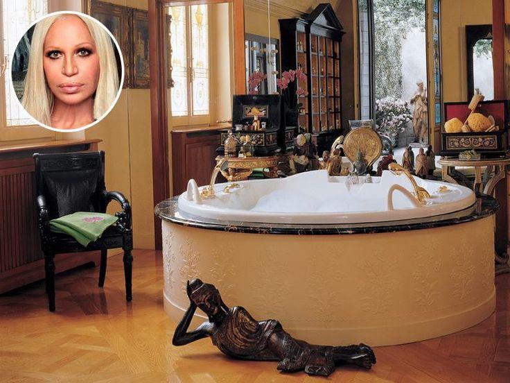 Вот так выглядит ванная комната Донателлы Версаче. Зеркальная стена отражает выход в патио и своды потолка. Мебель Vanitas из коллекции Versace Home Collection оббита черной кожей. Главный декор комнаты – это статуя Будды. Как вам такое богатое убранство комнаты?  #Донателла_Версаче #ванная_знаменитостей #plitka_ua
