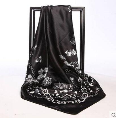 Elegantná hodvábna šatka so vzorom kvetín čierna