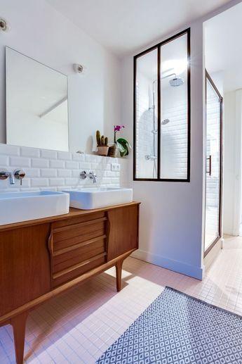 La petite douche dans l'entrée de la salle de bains et sa paroi atelier.