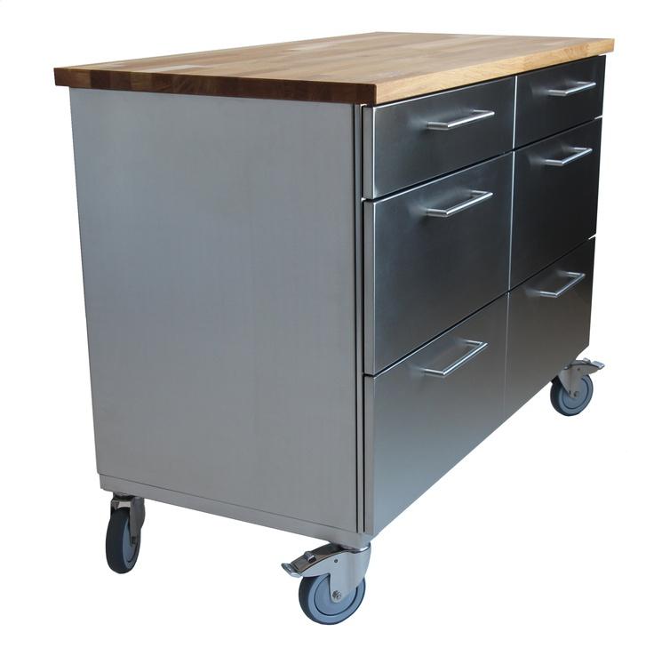 Man kan ha en bänkskiva i ek på rostfria köksön. Läs mer hos www.neonela-kitchen.se