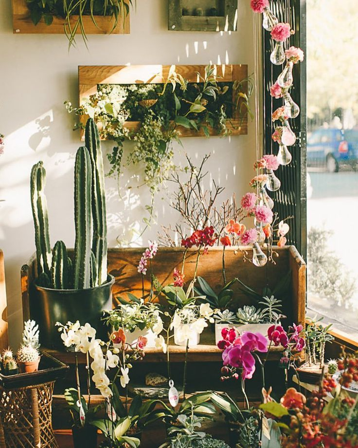 Happy Sunday flowers. A little casual cutie with those terrific green zinnias, poppy pods and ornithagalum. #happysunday #localflowers #greenery #vancouverflowers #littlecutie #Vancouverflorist #starofbethlehem #poppy #zinnia #zinnialovers