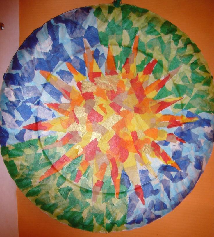 Hem imitat un plafó del Parc Güell, amb un plat de cartró i paper de seda.
