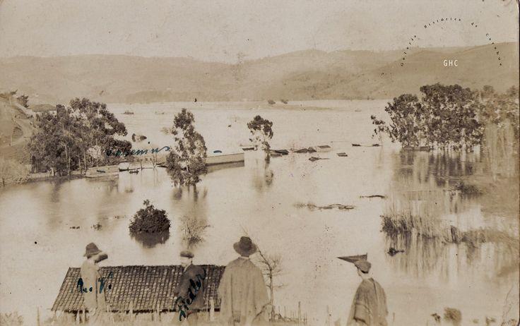 Galería Histórica de Carahue. Cultura Ribereña: Inundación en Villa Estación.1922 -----Gentileza Trinidad Pereira y familia,------#ghc #carahue #memoria #patrimoniofotografico #galeriahistoricadecarahue