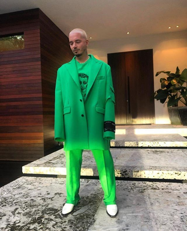Offwhite Papi Jbalvin Premiolonuestro Off White Virgilabloh Jbalvin Stood Out From The Crowd In A Bright Green S Green Suit Normcore Fashion Fashion