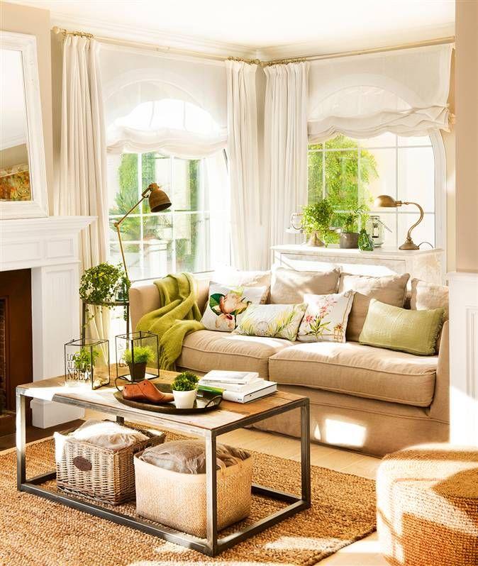 Salón con sofá beige, cojines verdes, mesa de centro en madera y metal, lámparas vintage y cortinas y estores blancos