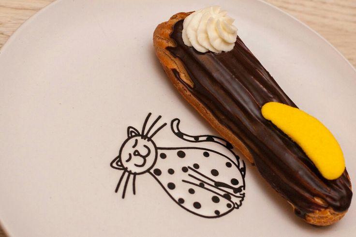Эклер банана-сплит. Банановый крем, шоколадный ганаш, сливочная шапочка и зефирный бананчик